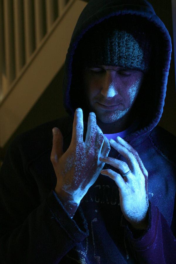 ADN de synthèse - Voleur qui regarde ses mains brumises